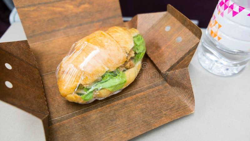 Ζαμπόν croissant που τυλίγει στο κιβώτιο στοκ εικόνα