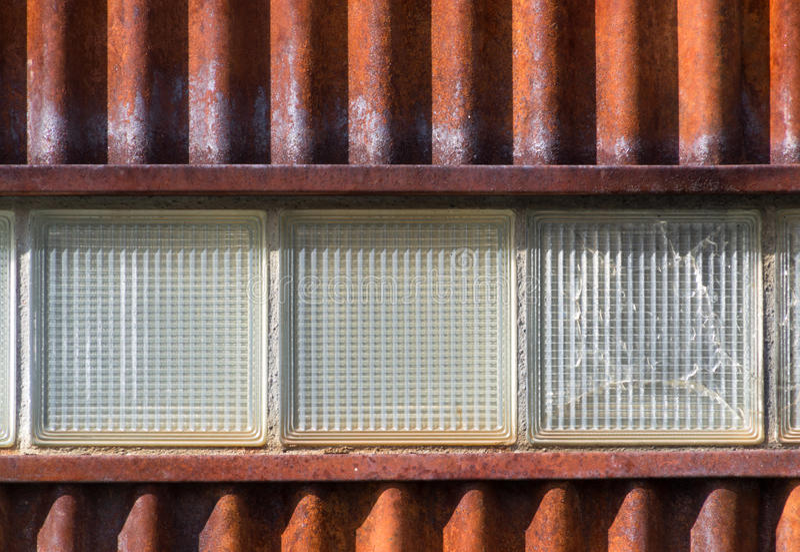 Ζαρωμένος τοίχος μετάλλων με τρεις φραγμούς γυαλιού στοκ φωτογραφίες