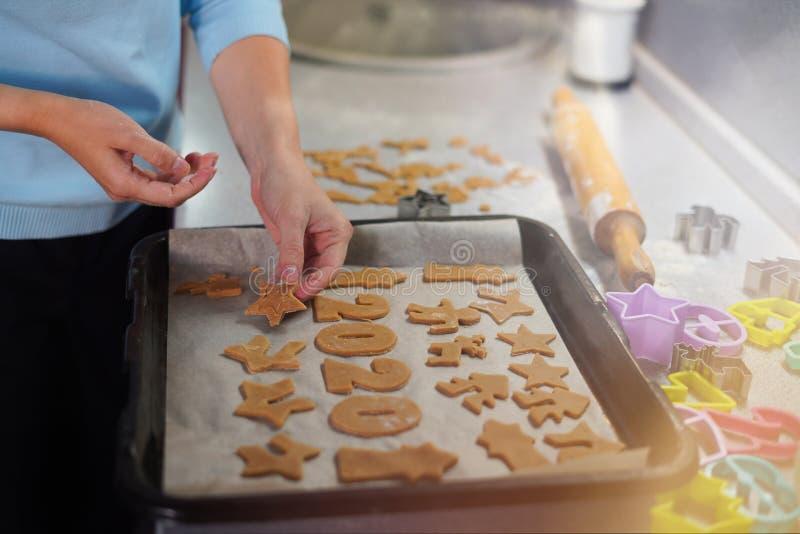 Ζαχαροπλάστης που φτιάχνει χριστουγεννιάτικα μπισκότα στο δίσκο Γυναίκα μαγειρεύει τη ζύμη για αρτοποιεία με ψωμί με τζίντζερ Μαγ στοκ εικόνες με δικαίωμα ελεύθερης χρήσης