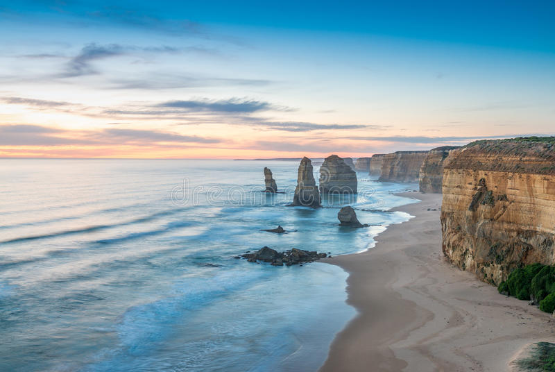 Ζαλίζοντας άποψη ηλιοβασιλέματος δώδεκα αποστόλων, μεγάλος ωκεάνιος δρόμος - Vict στοκ εικόνες