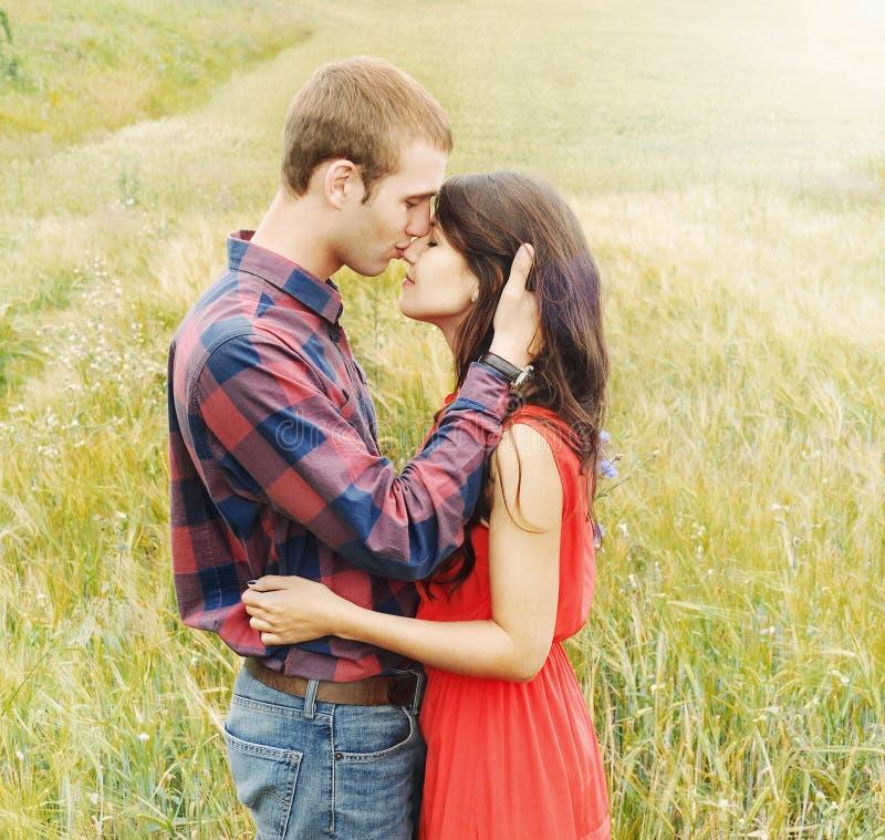 Ζαλίζοντας αισθησιακό υπαίθριο πορτρέτο του νέου ελκυστικού ζεύγους μέσα στοκ φωτογραφίες