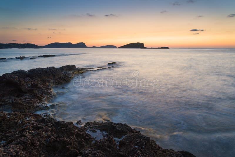 Ζαλίζοντας ανατολή αυγής τοπίων με τη δύσκολη ακτή και το μακροχρόνιο exp στοκ φωτογραφία με δικαίωμα ελεύθερης χρήσης