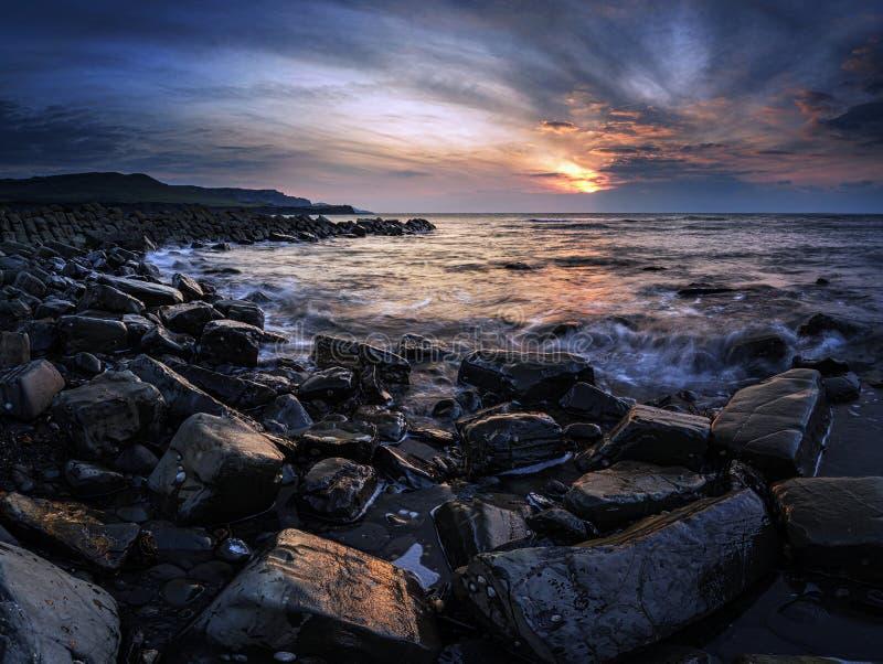 Ζαλίζοντας εικόνα τοπίων ηλιοβασιλέματος της δύσκολης ακτής στοκ φωτογραφία με δικαίωμα ελεύθερης χρήσης