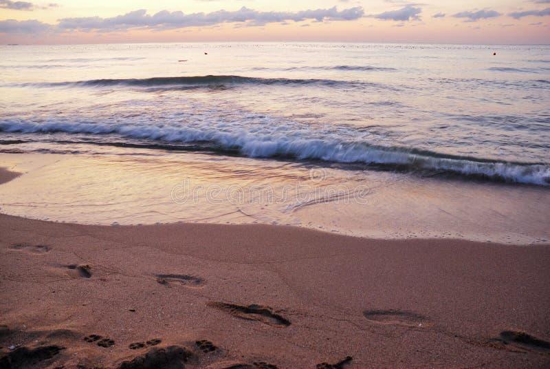 Ζαλίζοντας δονούμενη χρυσή ανατολή στην παραλία άμμου Πορτοκαλί χρώμα ανατολής στοκ φωτογραφία με δικαίωμα ελεύθερης χρήσης