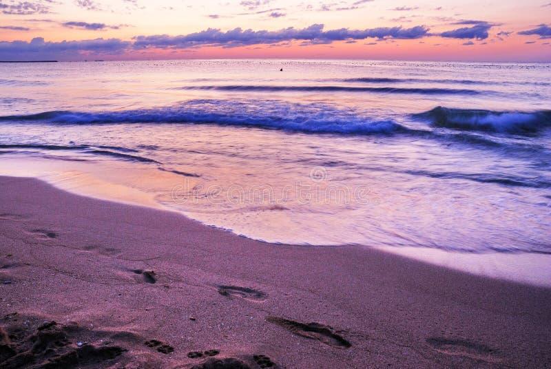 Ζαλίζοντας δονούμενη χρυσή ανατολή στην παραλία άμμου Πορτοκαλί χρώμα ανατολής στοκ φωτογραφία