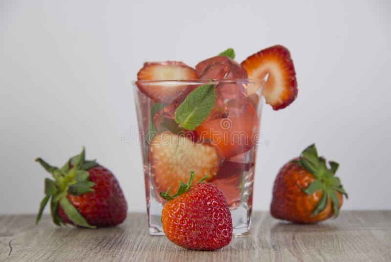 Ζελατίνα από το χυμό φραουλών με την προσθήκη των φρέσκων μούρων στοκ εικόνα