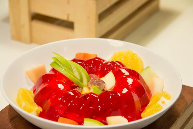Ζελατίνα φραουλών με τα φρούτα ι στοκ εικόνα με δικαίωμα ελεύθερης χρήσης