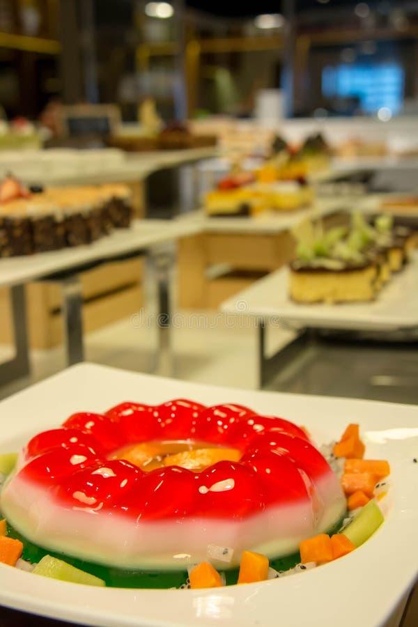 Ζελατίνα φραουλών με το επιδόρπιο φρούτων στο εστιατόριο στοκ εικόνες