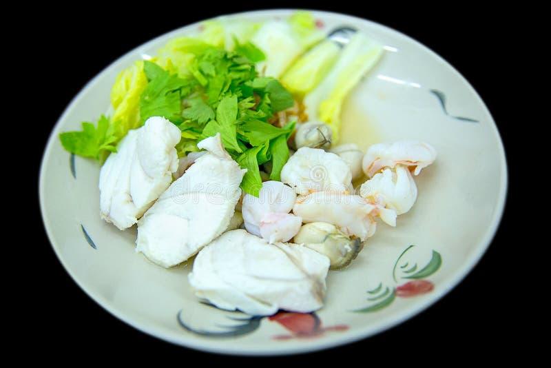 Ζεματισμένα ψάρια στο άσπρο πιάτο στοκ εικόνα με δικαίωμα ελεύθερης χρήσης