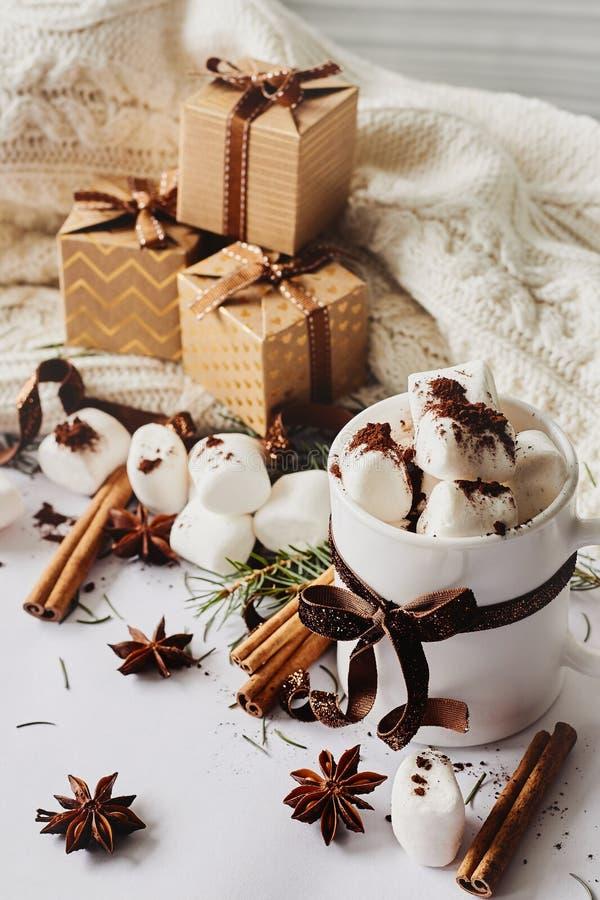 Ζεστό ποτό έτους χειμερινών Χριστουγέννων νέο Φλυτζάνι της καυτού σοκολάτας ή του κακάου με marshmallow, κιβώτια δώρων με την κορ στοκ φωτογραφίες