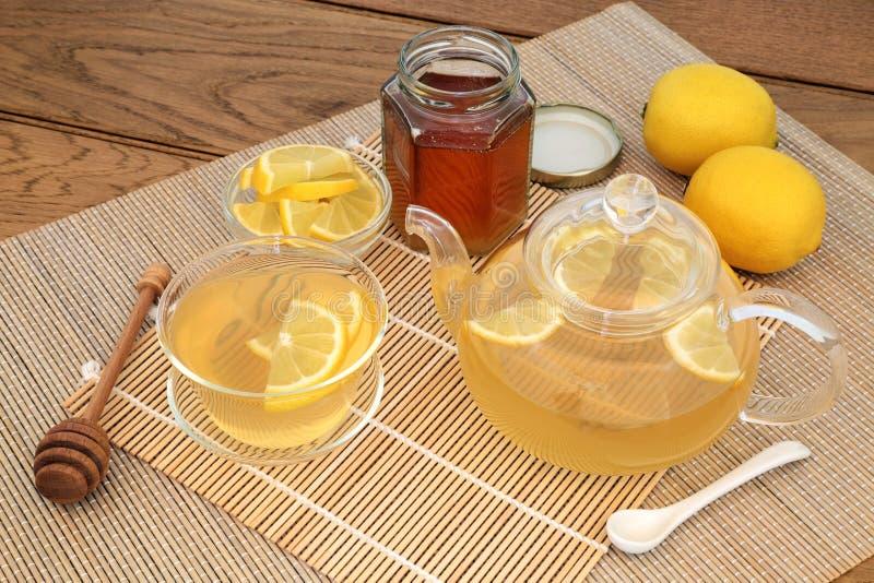 Ζεστό ποτό μελιού και λεμονιών στοκ φωτογραφίες