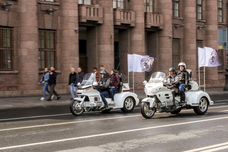 Ζευγάρια στα τρίκυκλα με τις σημαίες στοκ εικόνες