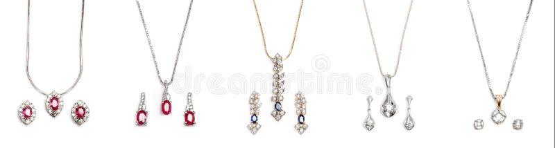 Ζευγάρια του περιδεραίου πέντε διαμαντιών με τα σκουλαρίκια στοκ εικόνα