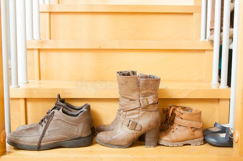 Ζευγάρια των παπουτσιών στα σκαλοπάτια στοκ εικόνα με δικαίωμα ελεύθερης χρήσης