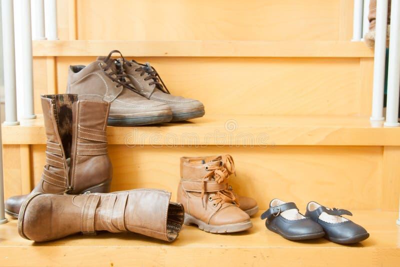 Ζευγάρια των παπουτσιών στο σπίτι στοκ εικόνες με δικαίωμα ελεύθερης χρήσης