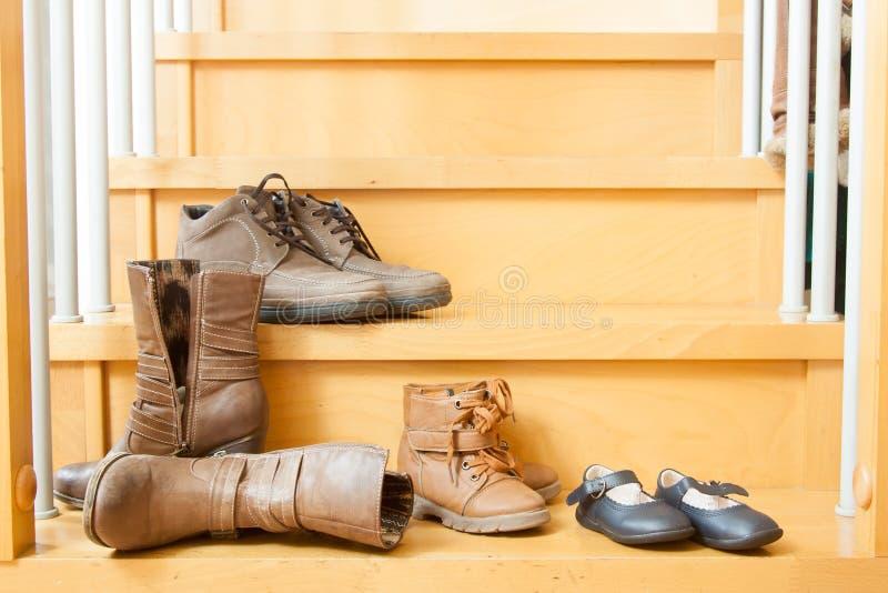 Ζευγάρια των παπουτσιών στο σπίτι στοκ εικόνες