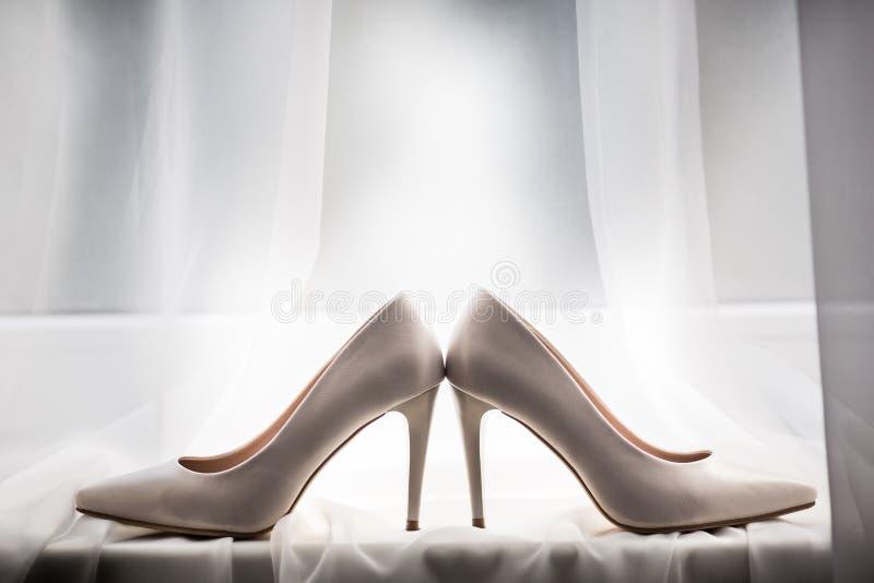 Ζευγάρι άσπρα παπούτσια, που βρίσκεται στο windowsill στοκ φωτογραφίες με δικαίωμα ελεύθερης χρήσης