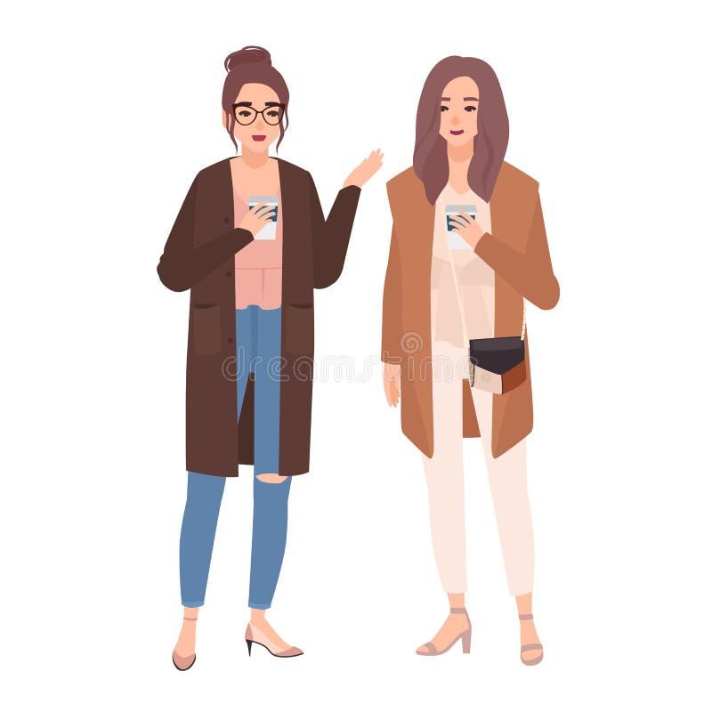 Ζευγάρι δύο νέων όμορφων χαμογελώντας γυναικών που στέκονται μαζί, του καφέ κατανάλωσης και ομιλία Φιλική συνεδρίαση δύο απεικόνιση αποθεμάτων