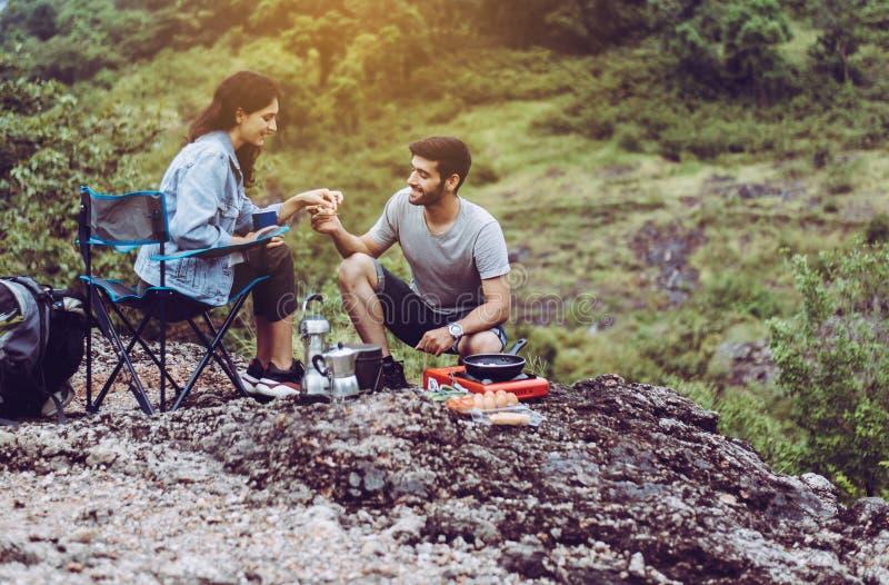 Ζευγάρι εραστής μαγειρεύει φαγητό για δείπνο έξω από τη σκηνή μαζί, απολαμβάνοντας την ιδέα της κατασκήνωσης στοκ φωτογραφία με δικαίωμα ελεύθερης χρήσης