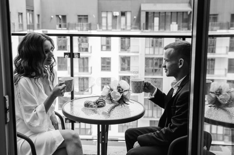 Ζευγάρι πίνει τσάι στο μπαλκόνι στο τραπέζι στοκ εικόνα με δικαίωμα ελεύθερης χρήσης
