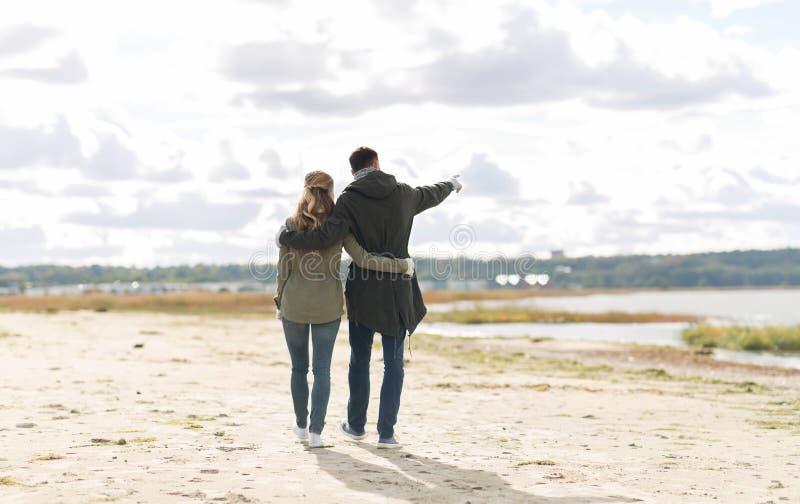 Ζευγάρι που περπατάει στην παραλία του φθινοπώρου και αγκαλιάζει στοκ εικόνες με δικαίωμα ελεύθερης χρήσης
