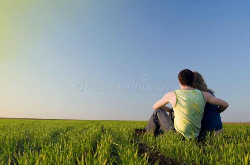 Ζευγάρι στο πεδίο στοκ εικόνα