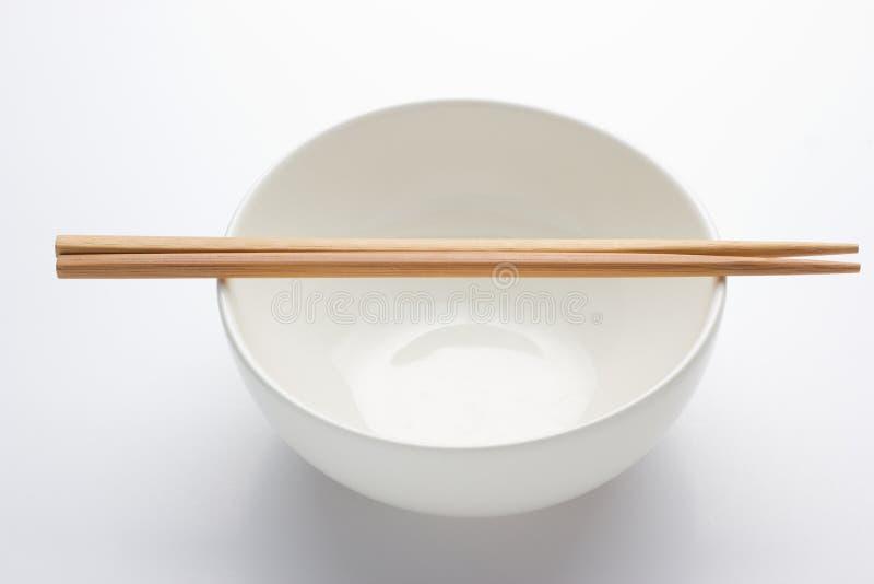 Ζευγάρι της ασημένιας αντιμετωπισμένης chopsticks στήριξης στοκ φωτογραφίες