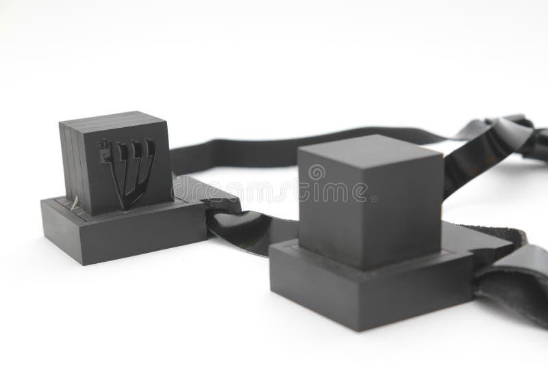 Ζευγάρι του tefilin και του συμβόλου Tallit Α των εβραϊκών ανθρώπων, ένα ζευγάρι του tefillin με τα μαύρα λουριά, που απομονώνετα στοκ φωτογραφίες