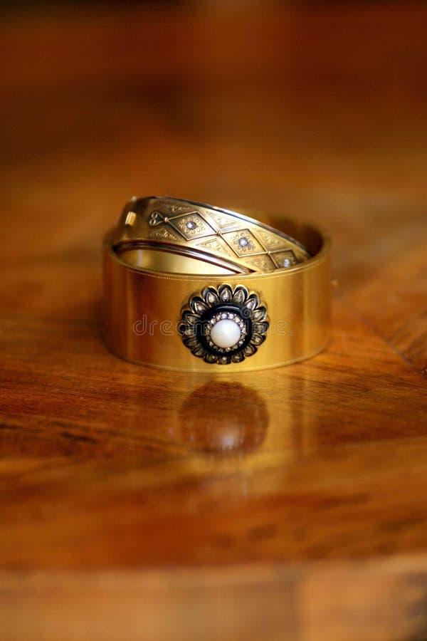 Ζευγάρι των βικτοριανών χρυσών βραχιολιών με το μαργαριτάρι, τα διαμάντια και onyx τη διακόσμηση στοκ εικόνα με δικαίωμα ελεύθερης χρήσης