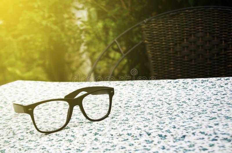 Ζευγάρι των γυαλιών στο επιτραπέζιο ύφασμα στοκ εικόνα με δικαίωμα ελεύθερης χρήσης