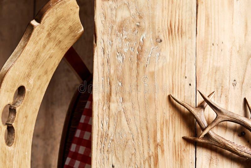 Ζευγάρι των ελαφόκερων ελαφιών υπόστεγων σε έναν αγροτικό πίνακα στοκ εικόνες με δικαίωμα ελεύθερης χρήσης