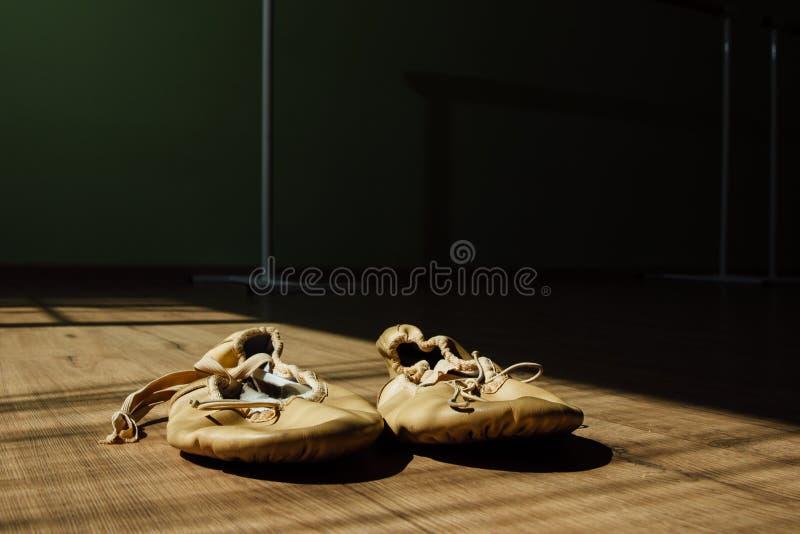 Ζευγάρι των παλαιών παπουτσιών μπαλέτου pointe στο πάτωμα Σκοτεινό υπόβαθρο, αντίγραφο sace στοκ εικόνα