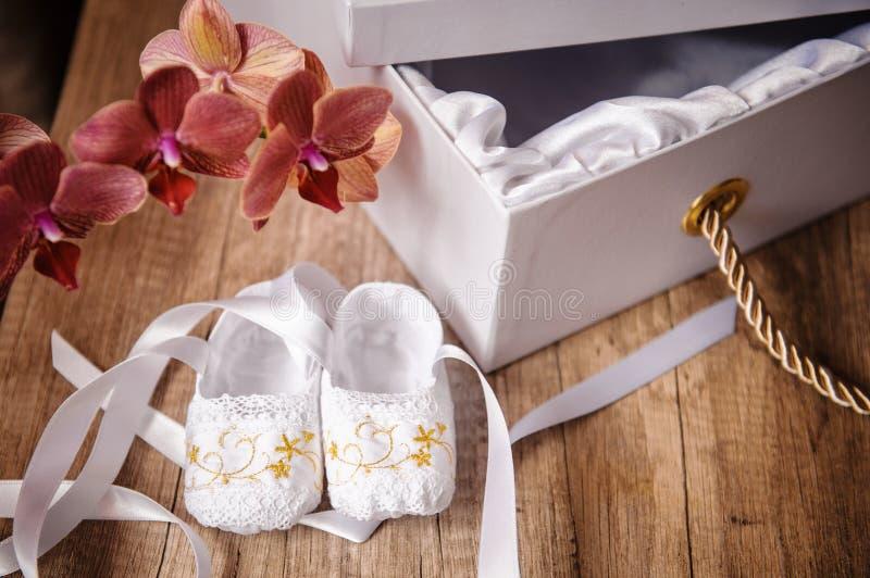 Ζευγάρι των παπουτσιών μπαλέτου των παιδιών που φοριούνται και των λουλουδιών στοκ φωτογραφία