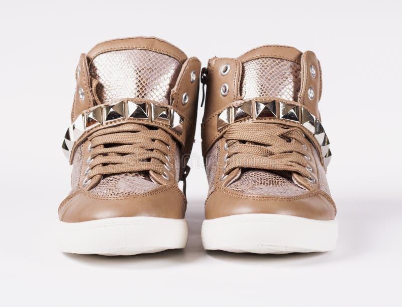 Ζευγάρι των παπουτσιών στο γκρίζο υπόβαθρο στοκ φωτογραφίες με δικαίωμα ελεύθερης χρήσης