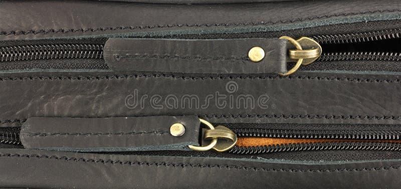 Ζευγάρι των φερμουάρ στη μαύρη τσάντα δέρματος, μια πίσω στοκ φωτογραφία