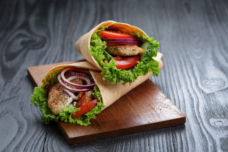 Ζευγάρι των φρέσκων juicy σάντουιτς περικαλυμμάτων με το κοτόπουλο και τα λαχανικά στοκ εικόνες