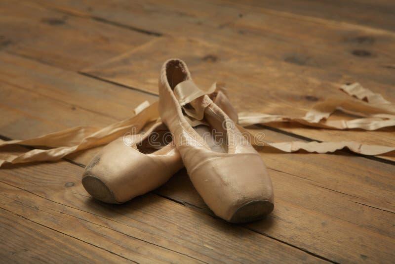 Ζευγάρι των χρησιμοποιημένων παπουτσιών μπαλέτου στοκ φωτογραφία με δικαίωμα ελεύθερης χρήσης