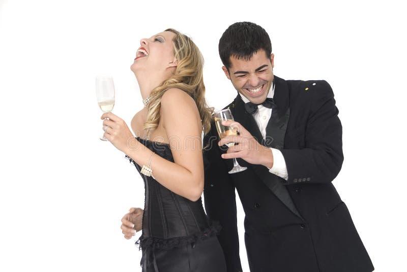 ζευγών ευτυχές έτος συμβαλλόμενων μερών γέλιου νέο στοκ φωτογραφία με δικαίωμα ελεύθερης χρήσης