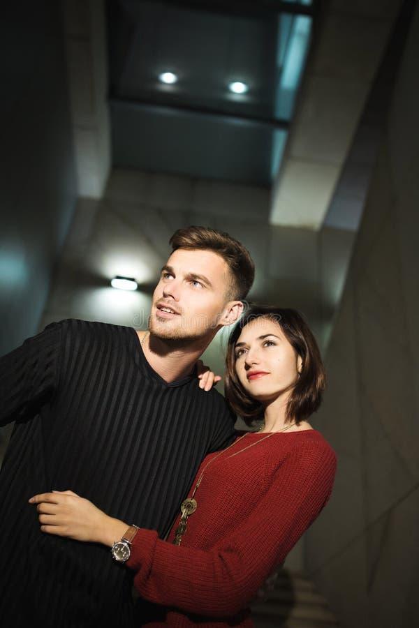 Ζεύγος αγάπης στην πόλη νύχτας υλοτομίες Αγάπη στοκ εικόνα με δικαίωμα ελεύθερης χρήσης