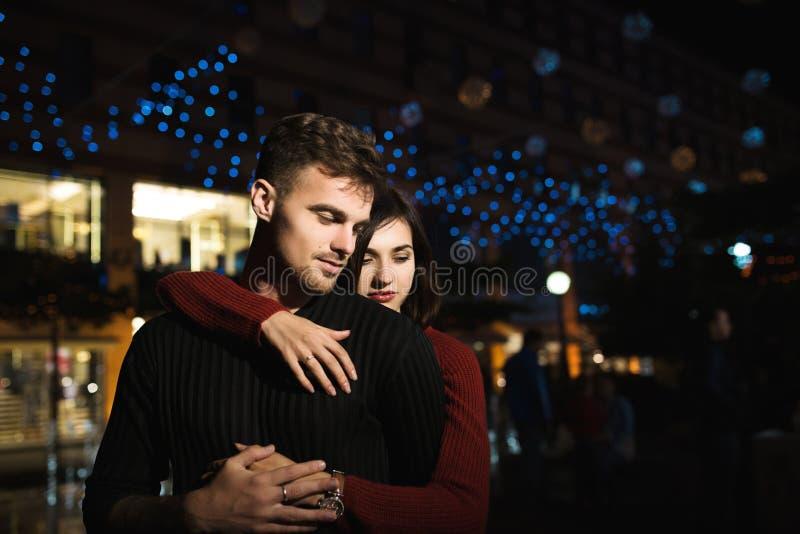 Ζεύγος αγάπης στην πόλη νύχτας υλοτομίες Αγάπη στοκ φωτογραφίες