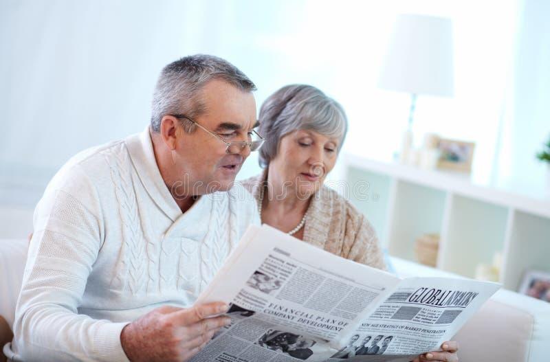 Ζεύγος ανάγνωσης στοκ εικόνες
