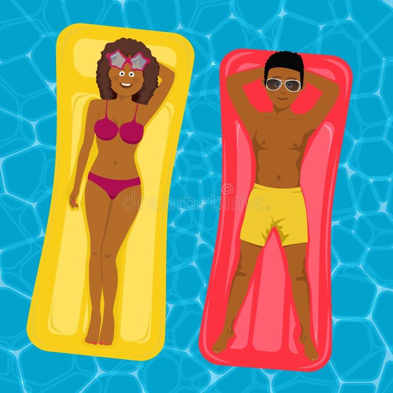 Ζεύγος αφροαμερικάνων που επιπλέει στα διογκώσιμα στρώματα στην πισίνα ελεύθερη απεικόνιση δικαιώματος