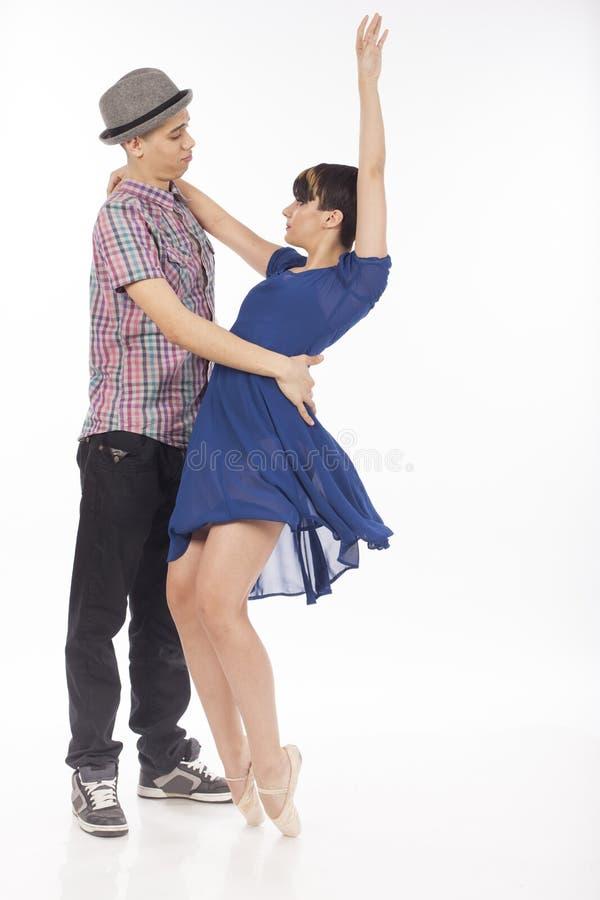 Ζεύγος δύο χορευτών, γυναίκα στα pointes, άνδρας με το καπέλο, στο άσπρο υπόβαθρο στοκ φωτογραφία με δικαίωμα ελεύθερης χρήσης