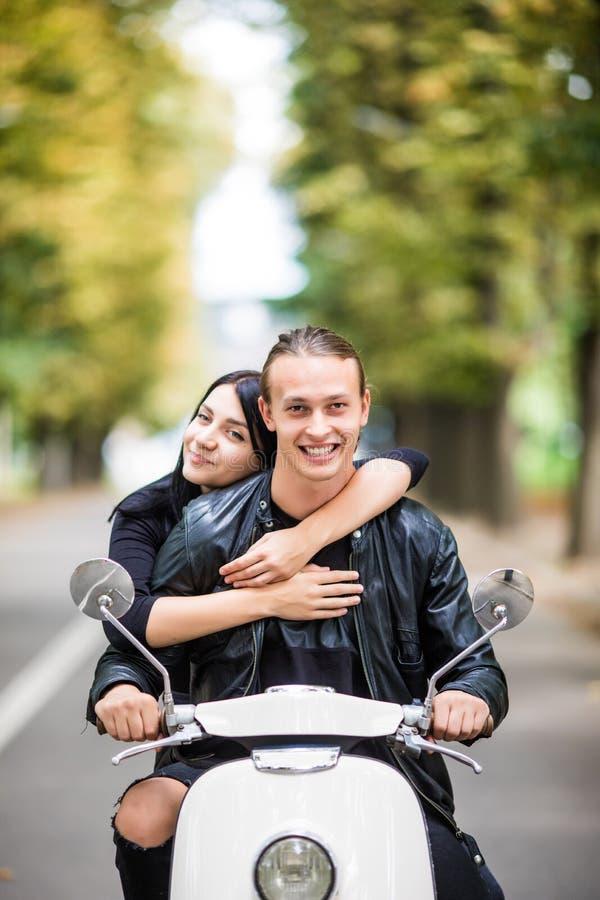 Ζεύγος ερωτευμένο οδηγώντας μια μοτοσικλέτα Όμορφος τύπος και νέο προκλητικό αγκάλιασμα ταξιδιού γυναικών στοκ φωτογραφίες με δικαίωμα ελεύθερης χρήσης