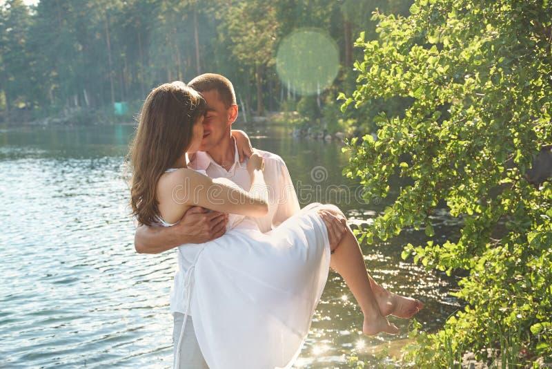 Ζεύγος ερωτευμένο στη φύση στοκ φωτογραφίες
