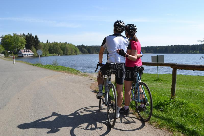 Ζεύγος ερωτευμένο στο γύρο ποδηλάτων άνοιξη στοκ εικόνα