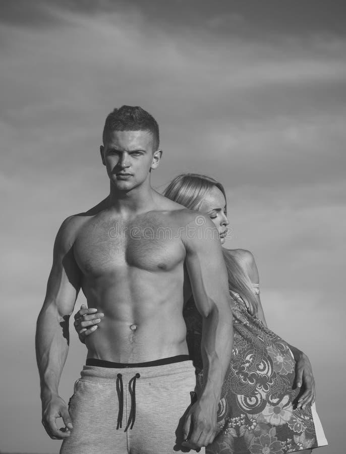 Ζεύγος ερωτευμένο την ηλιόλουστη θερινή ημέρα bodybuilding αθλητισμός απεικόνισης ικανότητας ανασκόπησης Τοποθέτηση ανδρών και γυ στοκ φωτογραφία