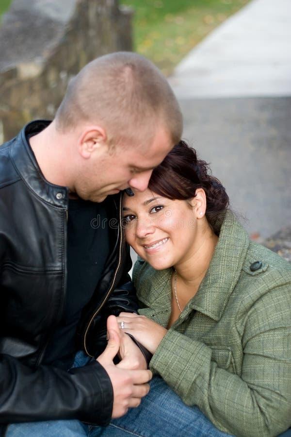 ζεύγος ευτυχές υπαίθρι&al στοκ φωτογραφία