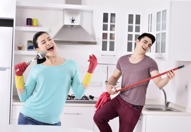 Ζεύγος ευτυχίας μετά από να καθαρίσει το σπίτι στοκ εικόνες με δικαίωμα ελεύθερης χρήσης