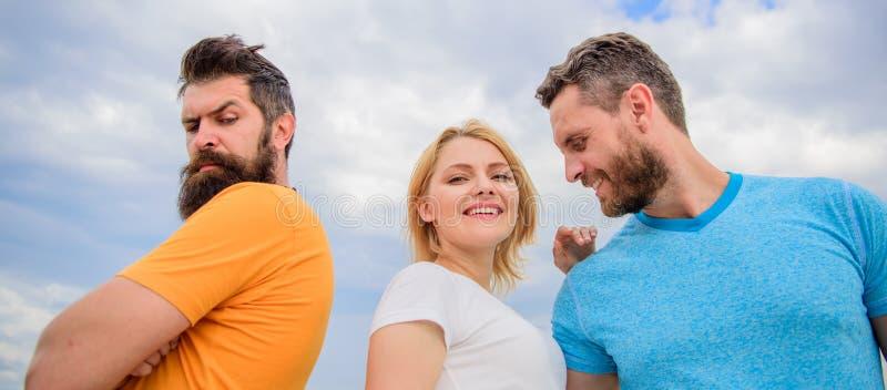 Ζεύγος και απορριφθείς συνεργάτης Πώς πάρτε πέρα από την αποσύνθεση για τους τύπους Σχέσεις Πώς εξετάστε τα συναισθήματα κορίτσι στοκ εικόνα με δικαίωμα ελεύθερης χρήσης